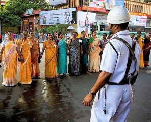 800px-India_-_Kolkata_policeman_-_2992